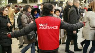 Une employée de la SNCF renseigne les usagers à la gare Saint-Lazare le 9 mars 2016, jour du précédent mouvement de grève.