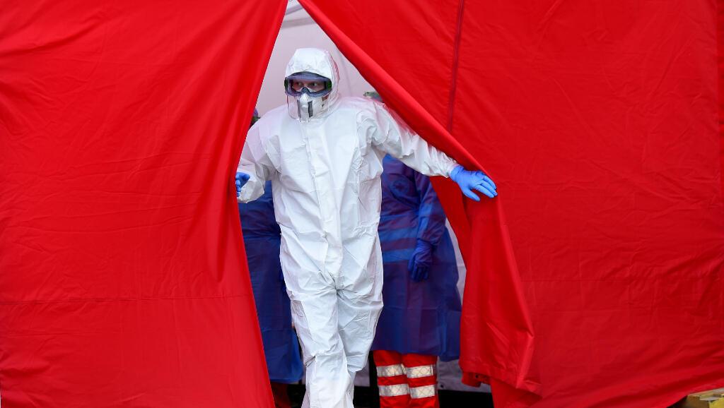 Un profesional de la salud se prepara para tomar muestras por Covid-19 en Dresden, Alemania, el 15 de abril de 2020.