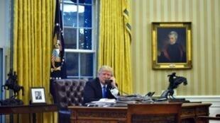 الرئيس الأمريكي دونالد ترامب يجري اتصالات هاتفيا من المكتب البيضاوي بالبيت الأبيض في 28 ك2/يناير 2017