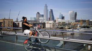 امرأة تقود دراجة هوائية في لندن في 26 حزيران/يونيو 2020