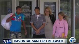 Davontae Sanford (au centre), âgé de 23 ans, sort de prison, mercredi 8 juin 2016.