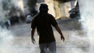 متظاهر بحريني خلال اشتباكات جنوب المنامة، في 1 كانون الثاني/يناير 2016