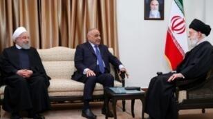 صورة نشرها مكتب المرشد الأعلى للجمهورية الإيرانية، تظهر لقاء خامنئي ورئيس الوزراء العراقي عادل عبد المهدي بطهران 6 أبريل 2019