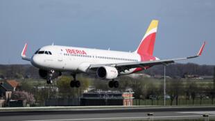 """Los pasajeros difundieron imágenes de un avión """"casi completamente lleno"""", sin asientos libres como distancia de seguridad entre los viajeros"""