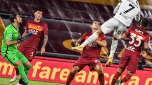 Cristiano Ronaldo offre l'égalisation à la Juventus face à la Roma au stade olympique de Rome, le 27 septembre 2020