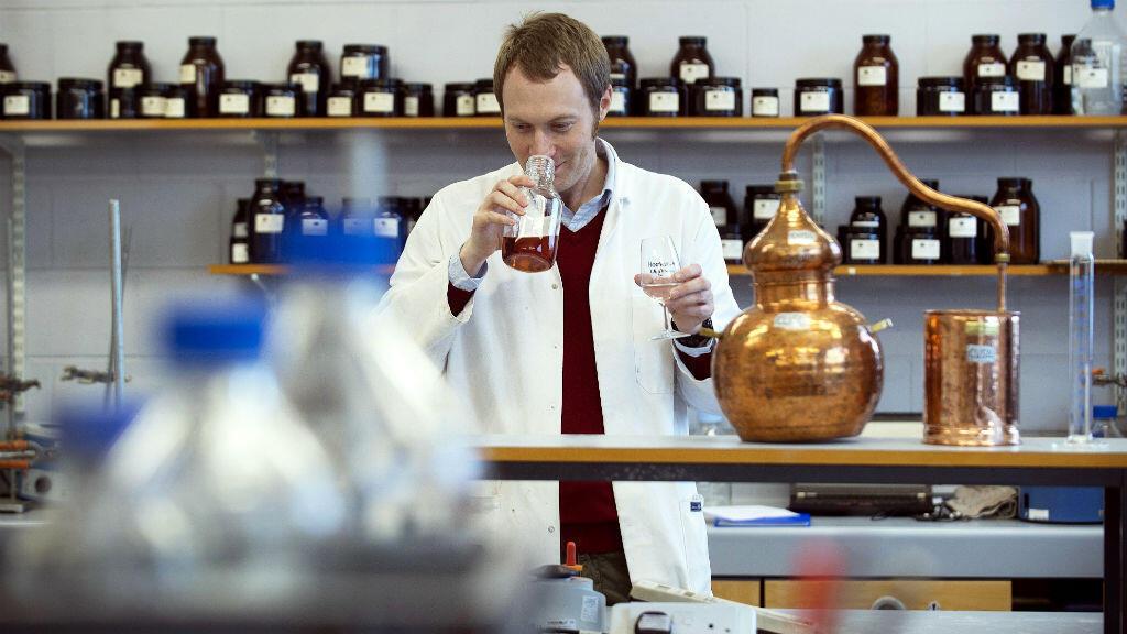 El asistente de destilación, Matthew Pauley, trabaja en el Centro Internacional para la elaboración de cerveza y destilación en Edimburgo, Escocia, el 28 de febrero de 2018.