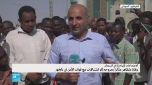 """سوداني يحمل العلم الوطني كتب عليه """"مدني فقط"""" خلال مظاهرة أمام مقر الجيش في الخرطوم، 2 مايو أيار 2019"""