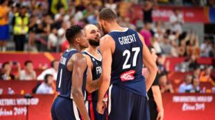 Frank Ntilikina, Evan Fournier et Rudy Gobert, le 11 septembre 2019, lors du quart de finale de la Coupe du monde de basket face aux États-Unis.