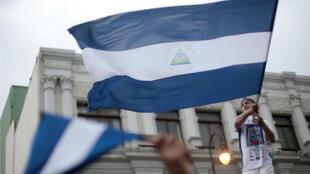 Foto de archivo de una manifestante ondeando la bandera de Nicaragua durante una protesta en San José, Costa Rica el 20 de enero de 2019.