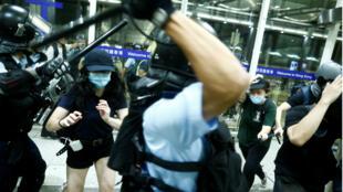 Enfrentamientos entre la policía  y manifestantes en el aeropuerto de Hong Kong , China, 13 de agosto de 2019.