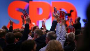 Los delegados votan durante un congreso del Partido Socialdemócrata en Bonn, el 21 de enero de 2018.