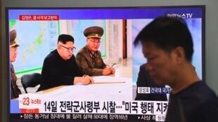 La télévision sud-coréenne diffuse des images du dirigeant nord-coréen Kim Jong-un, le 15 août 2017 à Séoul.