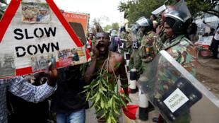 Manifestantes protestan en Nairobi para que se anulen las elecciones del 26 de octubre.