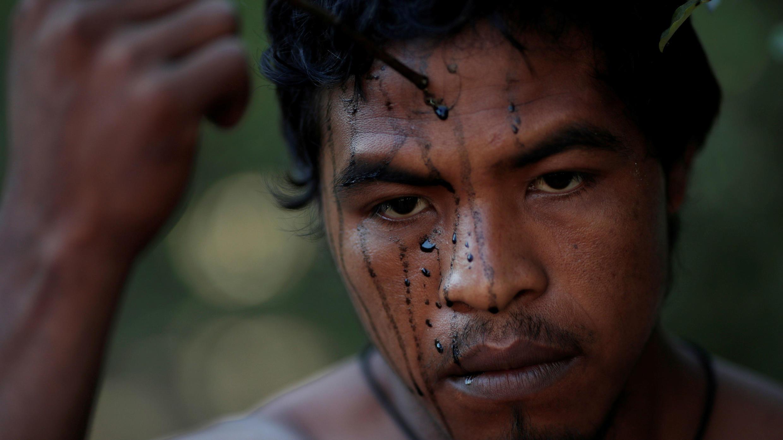 Paulo Paulino Guajajara era un 'guardián del bosque' indígena. En la imagen está pintando su rostro. Estado de Maranhao, Brasil, 10 de septiembre de 2019.