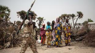 عسكري نيجيري في ضواحي داماسك في شمال شرق نيجيريا في 26 نيسان/ابريل 2017