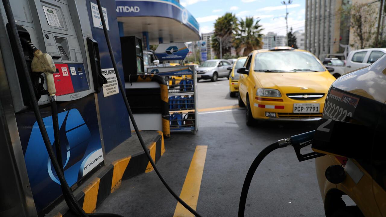 Automovilistas hacen fila para obtener combustible en una estación de servicio en Quito, Ecuador, el 15 de octubre de 2019.
