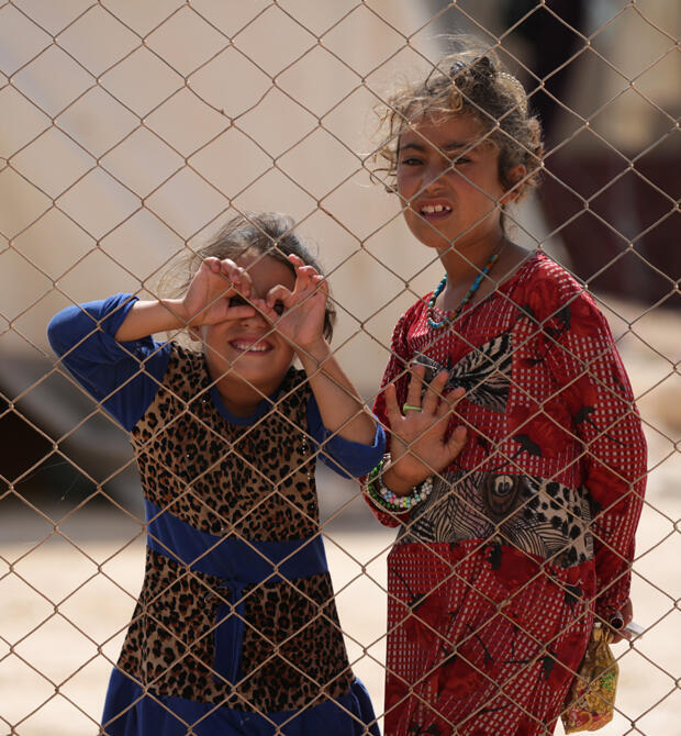 Dos niñas que huyeron de la provincia siria de Idlib son fotografiados en un campamento en Kafr Lusin cerca de la frontera con Turquía en la parte norte de la provincia el 9 de septiembre de 2018.