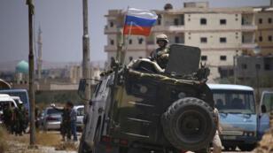 Un soldat russe surveille l'évacuation de Daraa, le 15 juillet 2018.