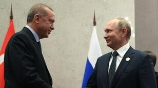 بوتين مصافحا أردوغان على هامش قمة دول بريكس في جوهانسبورغ. 26 تموز/يوليو 2018.