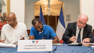 Signature de l'accord de Guyane, vendredi 21 avril, à Cayenne.