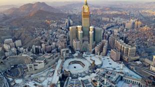 صورة جوية تظهر صحن الكعبة ومحيط المسجد الحرام في مكة فارغين في أول أيام رمضان في 24 نيسان/أبريل 2020