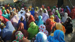 Un grupo de mujeres llora a las víctimas de los atentados suicidas en Maiduguri, en el noreste de Nigeria, el 16 de noviembre de 2017. Maiduguri ha sufrido frecuentes ataques en los últimos años, el más reciente el 16 de febrero de 2018.
