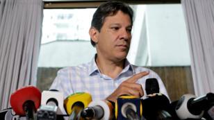 Fernando Haddad, candidato presidencial del Partido de los Trabajadores, atiende una conferencia de prensa en Sao Paulo, Brasil, el 25 de octubre de 2018.