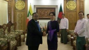صورة عن وزارة الخارجية البنغلادشية في 23 نوفمبر 2017 تظهر وزير خارجية بنغلادش والزعيمة البورمية في نايبيداو