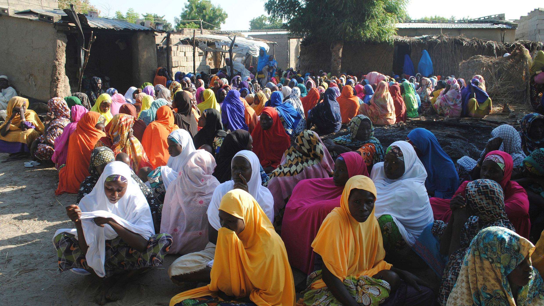 Foto del archivo del 16 de noviembre de 2017, las mujeres lloraron la muerte de un miembro de la familia después de un ataque suicida en Maiduguri, Nigeria, atentados suicidas, secuestros masivos, decenas de miles de personas asesinadas.