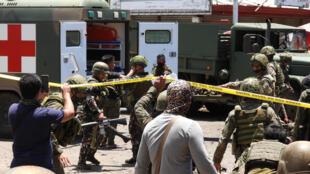 عناصر الأمن أثناء نقل بعض ضحايا الانفجار الذي وقع في بلدة جولو الفيليبينية بتاريخ 24 آب/اغسطس 2020