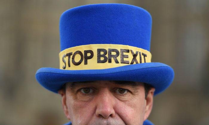 Un activista anti-Brexit frente al Parlamento de Londres el 11 de diciembre