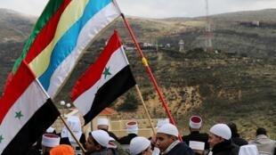 عدد من أبناء الطائفة الدرزية ببلدة مجدل شمس في الجولان يرفعون الأعلام السورية والدرزية 19 فبراير/شباط 2019