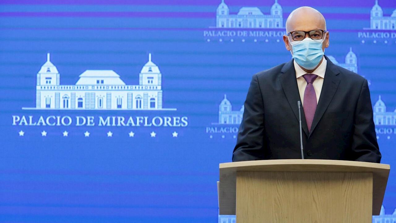 El ministro de Comunicación de Venezuela, Jorge Rodríguez, anuncia el 31 de agosto de 2020 el indulto a un centenar de opositores y lee el decreto desde la Presidencia en Caracas, Venezuela.