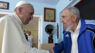 فيدل كاسترو يستقبل البابا فرنسيس في منزله في هافانا 20 أيلول/سبتمبر 2015