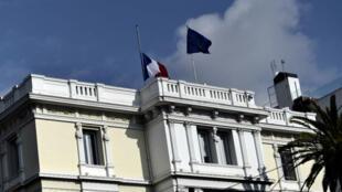 Les drapeaux français et européen au-desssus de l'ambassade de France à Athènes (photo d'archive).
