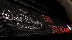El logotipo de la compañía Walt Disney se muestra en un monitor fuera de la Bolsa de Nueva York poco después de la campana de apertura en Nueva York, Estados Unidos, 5 de diciembre de 2017.