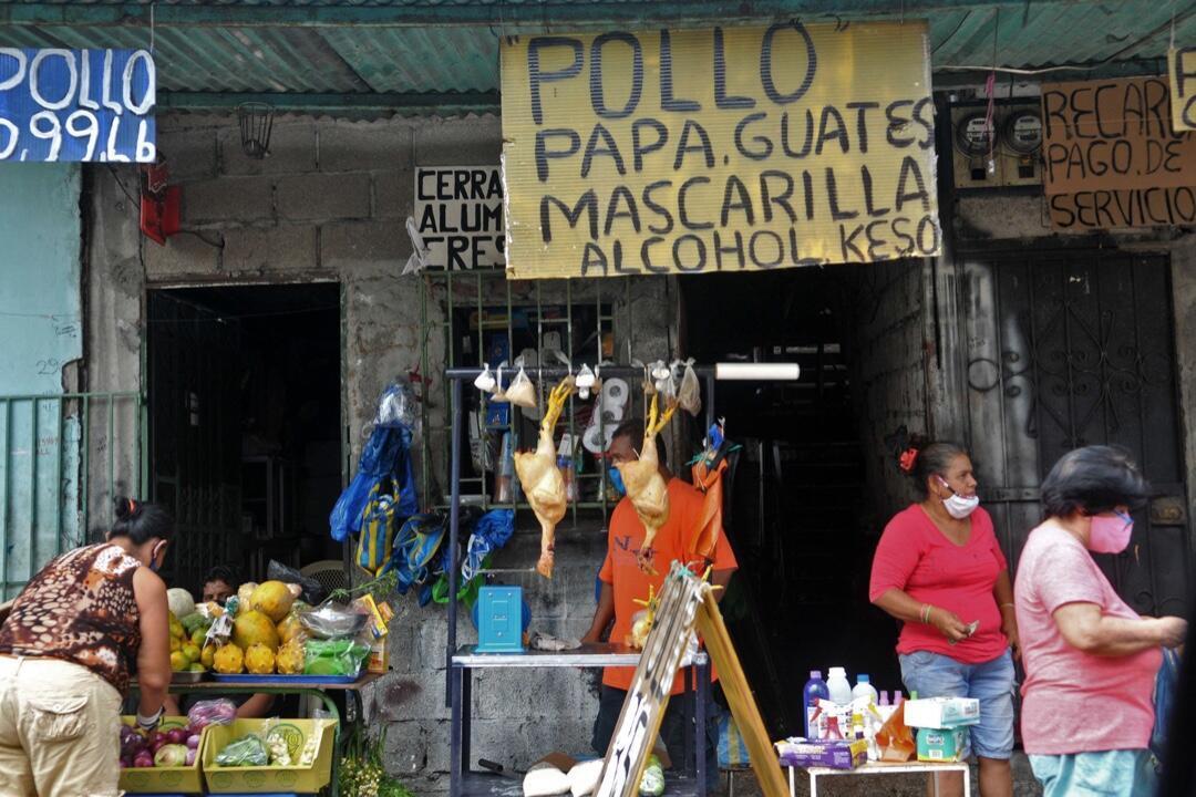 Ante la falta de ayudas humanitarias, en algunas de las zonas más vulnerables de Guayaquil, Ecuador, comerciantes informales venden productos frente a sus casas, como se aprecia en esta imagen tomada el 4 de mayo de 2020.
