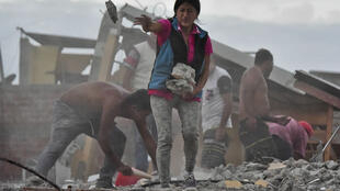 Une femme recherchant son mari à Manta, en Équateur, après le séisme de magnitude 7,8, le 17 avril 2016.