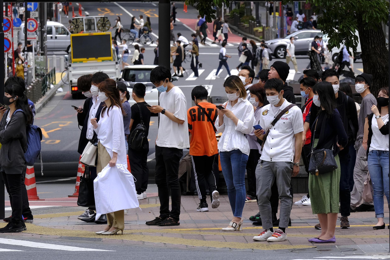 Las autoridades japonesas han instado a los ciudadanos a registrarse en una aplicación que rastrea los casos de coronavirus.
