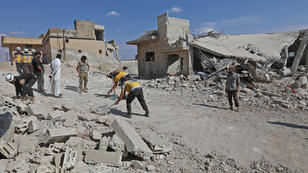 Equipos de rescate retiran los escombros para abrir una carretera en medio de la destrucción causada por los bombardeos de las fuerzas del Gobierno en la localidad de Al Habit, en los límites meridionales de la provincia rebelde de Idlib, el 10 de septiembre de 2018.