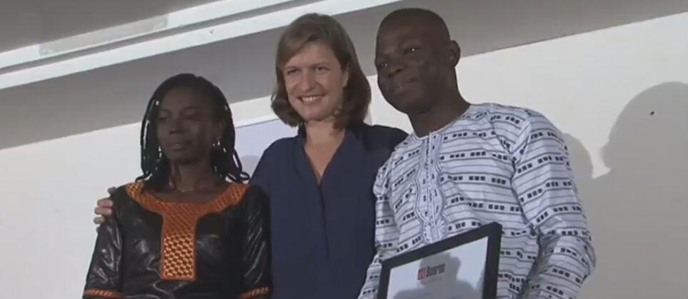 Cécile Mégie, directrice de RFI et président du jury, remet la récompense aux deux lauréats.