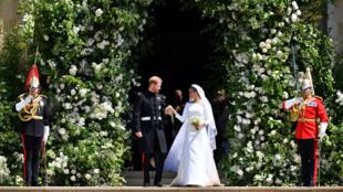 Le couple sur les marches de la chapelle St George et sous les acclamations du public,, samedi 19 mai.