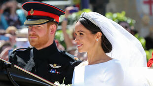 Le Prince Harry et Meghan Markle, désormais duc et duchesse de Sussex, entament la procession en carrosse à travers Windsor juste après leur mariage, le 19 mai 2018.