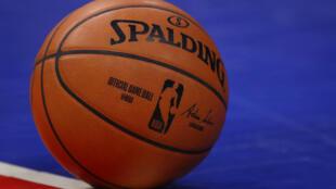 Un ballon officiel de la NBA à Détroit le 21 février 2020