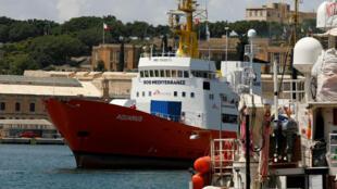 El barco humanitario Acuario se ve en el muelle de la caldera en Senglea, en el Gran Puerto de La Valeta, Malta, el 15 de agosto de 2018.