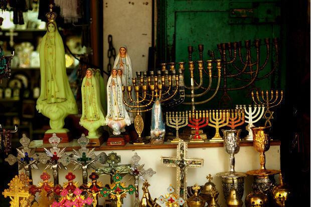 Vente d'objets religieux dans la Vieille Ville de Jérusalem, mai 2018.