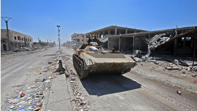Soldados del gobierno sirio un vehículo de combate de infantería en la ciudad de Saida, al oeste de la provincia de Deraa, el 7 de julio de 2018.