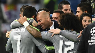 زيدان يهنئ كريستيانو رونالدو بعد تسجيله هدفا جميلا في مرمى روما