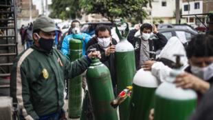 La escasez de oxígeno en hospitales agudizó la crisis sanitaria por la pandemia en Perú