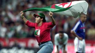 L'unique match entre la France et l'Algérie avait eu lieu en octobre2001, au Stade de France, et avait été interrompu à un quart d'heure de son terme à cause de l'envahissement du terrain par des supporters.